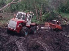Т-150К вытаскивает из грязи  ДТ-75.mp4